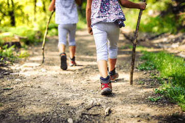 Znudzony przedszkolak na szlaku – zabawy podczas wędrówek